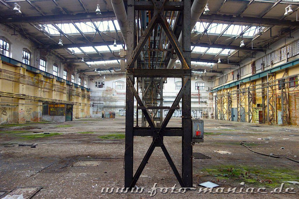 Das verlassene RAW in Halle - Doppelpfeiler tragen die Dachkonstruktion