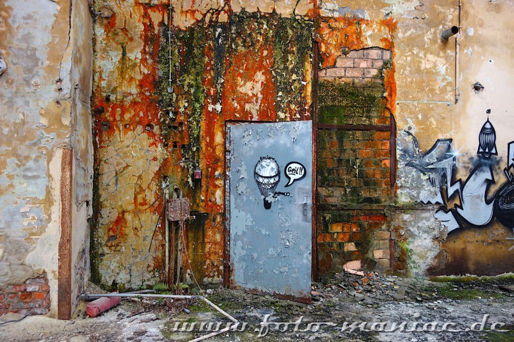 Graffito an einer maroden Tür