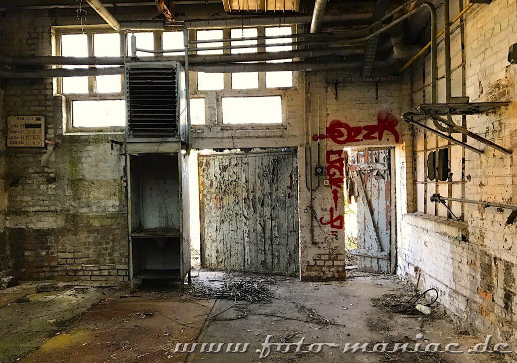 Marode Türen in der Werkhalle