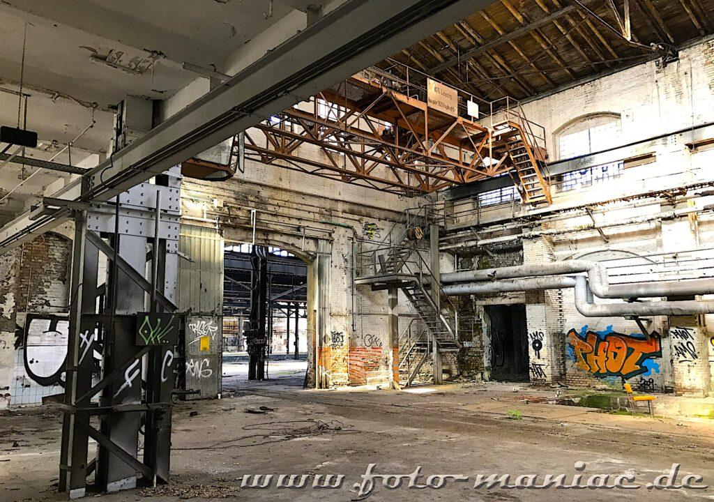 Das verlassene RAW in Halle - in der Ecke der Werkhalle führt ein Eisentreppe in den Kran