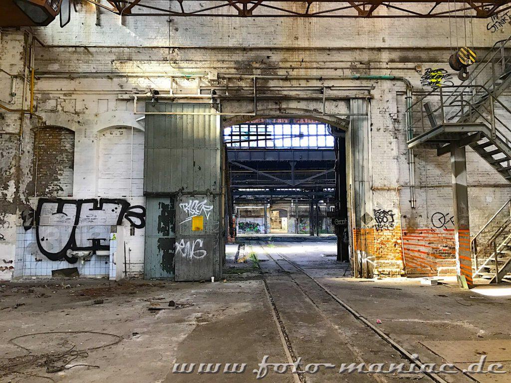 Schienen führen durch die maroden Werkhallen