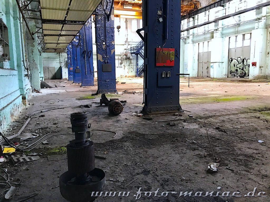 Überall liegen Metallteile in der Werkhalle rum