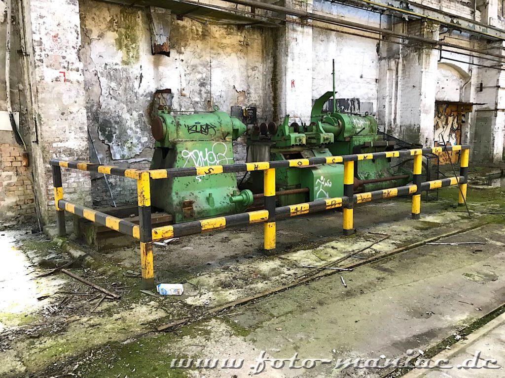 Zwei ausrangierte grüne Maschinen stehe an der Wand
