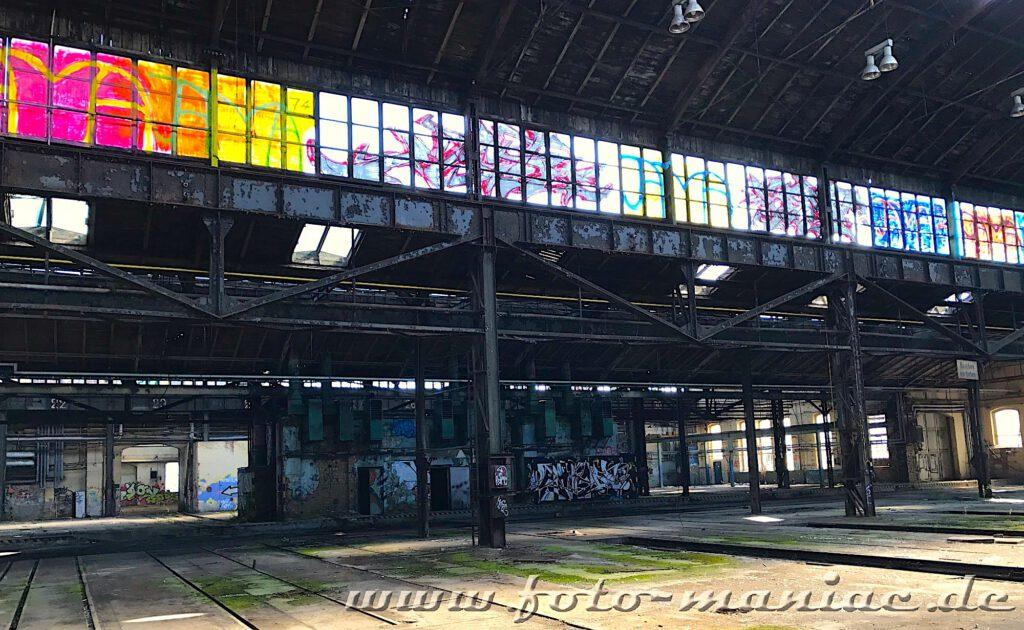 Das verlassene RAW in Halle - die Fenster in der Werkhalle sind mit Farbe besprüht