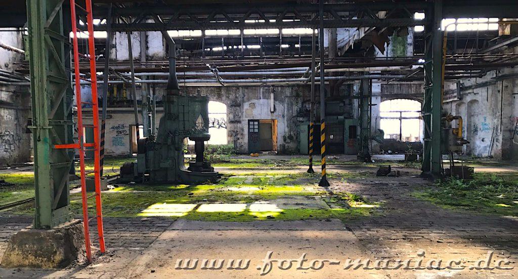 Das verlassene RAW in Halle - eine einsame Maschine steht in einer maroden Werkhalle