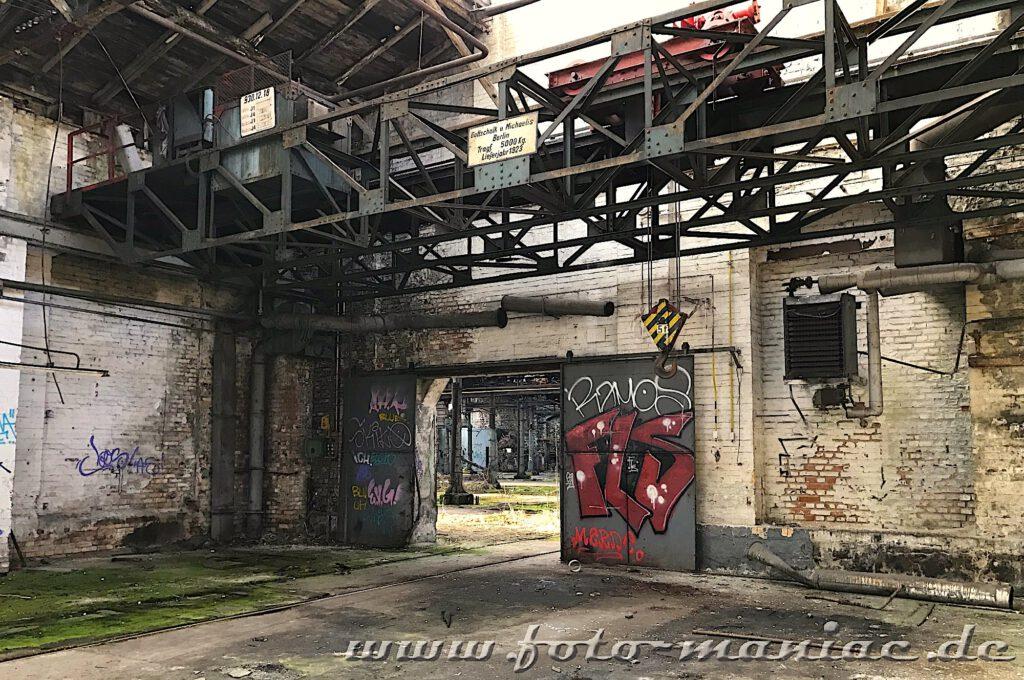 Das verlassene RAW in Halle - ein Kranhaken vor einer verschiebbaren Hallentür
