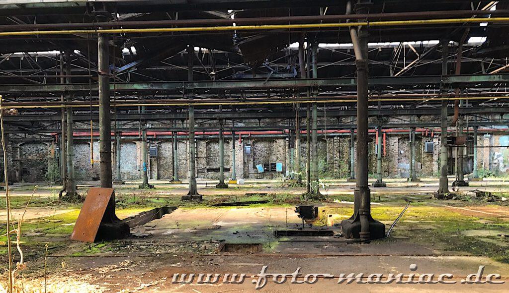 Das verlassene RAW in Halle - die marode Halle ist riesig und überall sind Pfeiler zu sehen