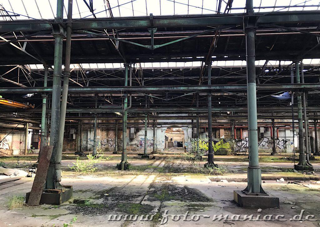 Pfeiler und röhre in der maroden Halle