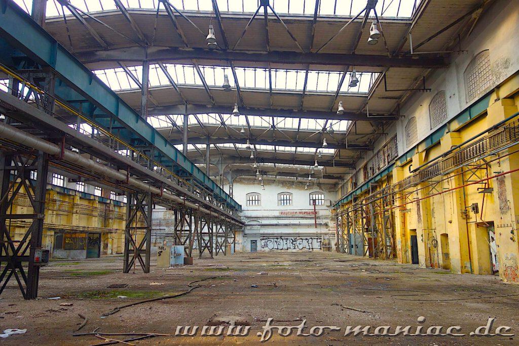 Blic in eine Halle im verlassenen RAW in Halle