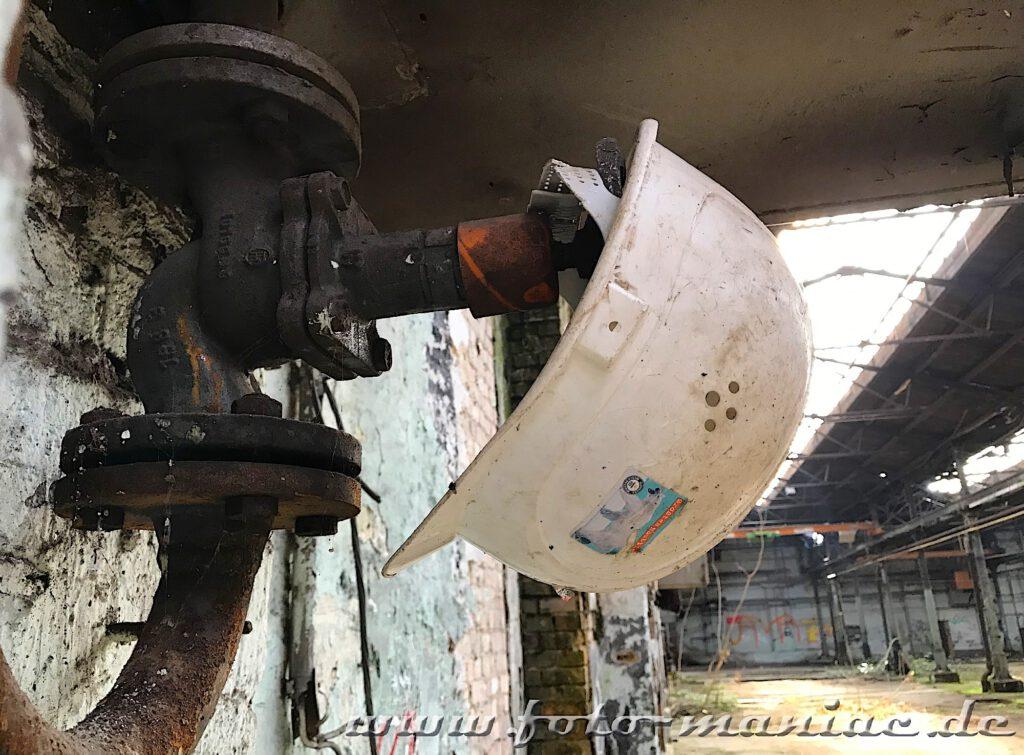 Das verlassene RAW in Halle - ein Helm hängt an einem Ventil
