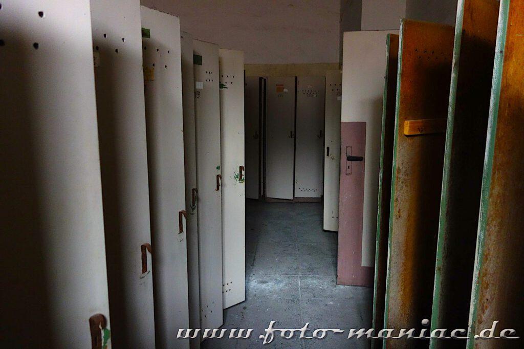 Offenstehende Türen in einer Toilette
