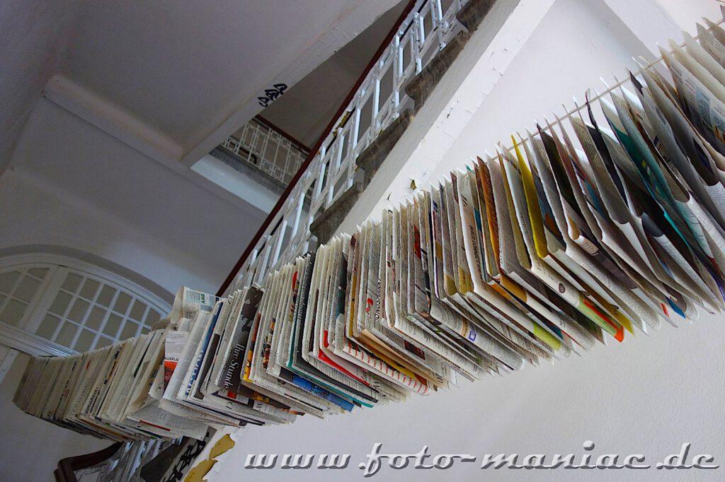 Das verlassene RAW in Halle - Zeitungen hängen im Treppenhaus an einer Leine