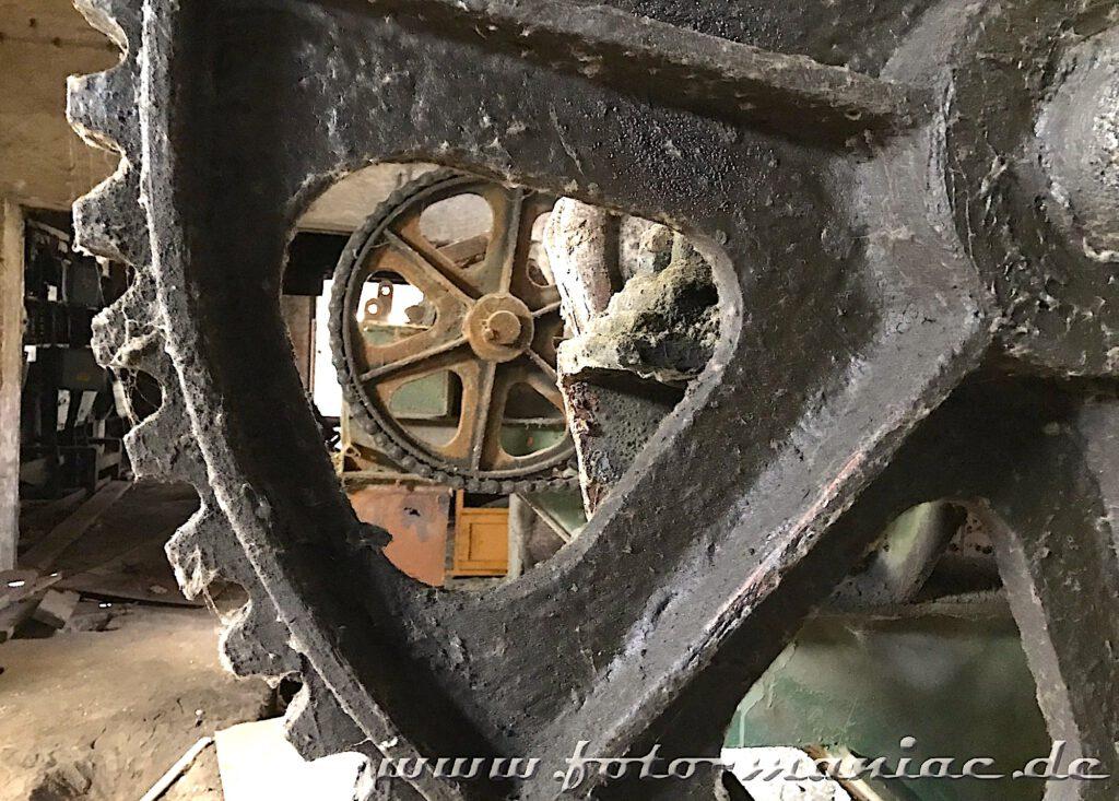 Das verlassene RAW in Halle - Blick durch ein Zahnrad