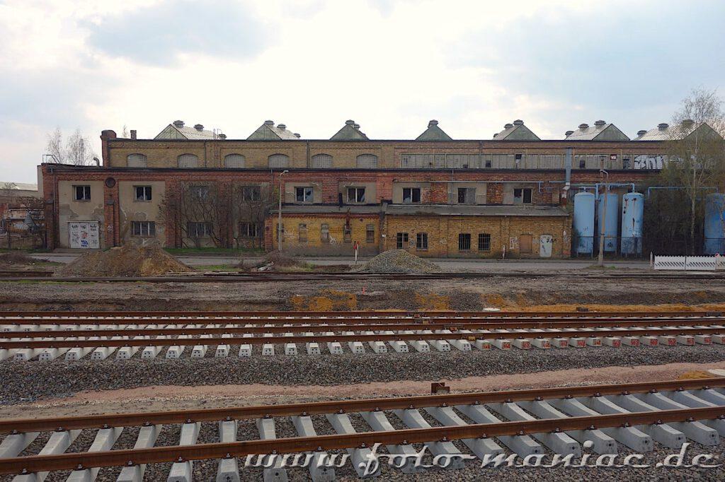 Neue Schienen vor alten Werkhallen des RAW