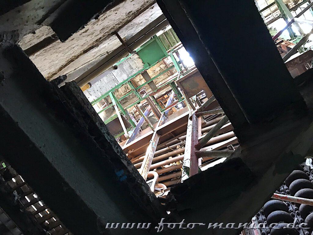 Blick aus dem Kellergeschoss nach oben in das Heizwerk