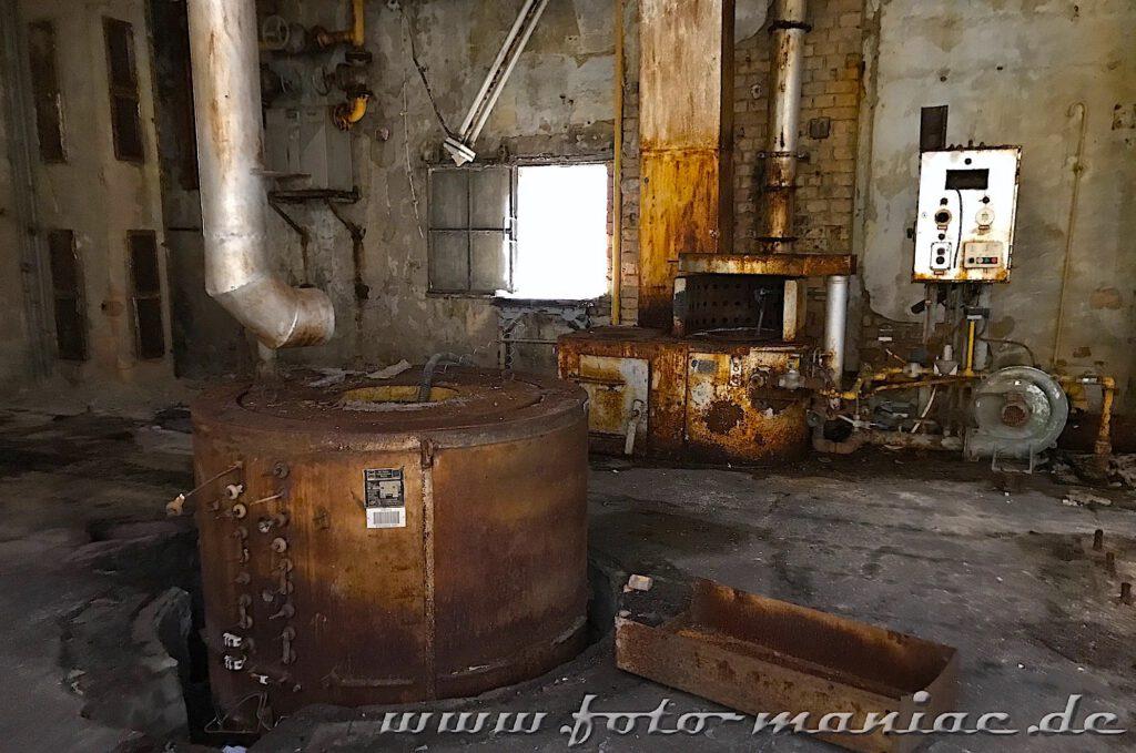 Das verlassene RAW in Halle - rostige Kessel und Maschinenteile liegen und stehen überall rum