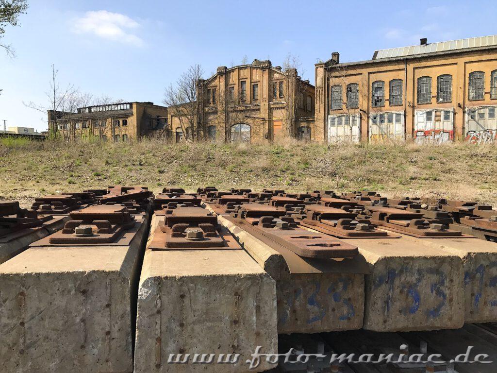 Das verlassene RAW in Halle - Schienen vor Fabrikgebäuden