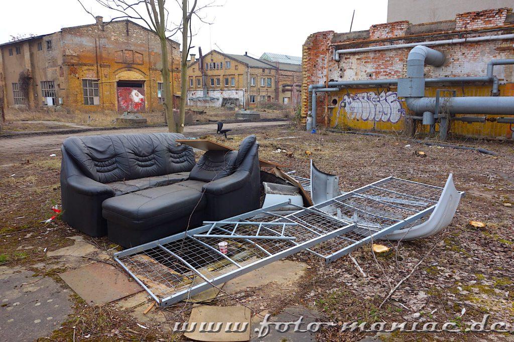 Sperrmüll auf dem Betriebsgelände des verlassenen RAW in Halle