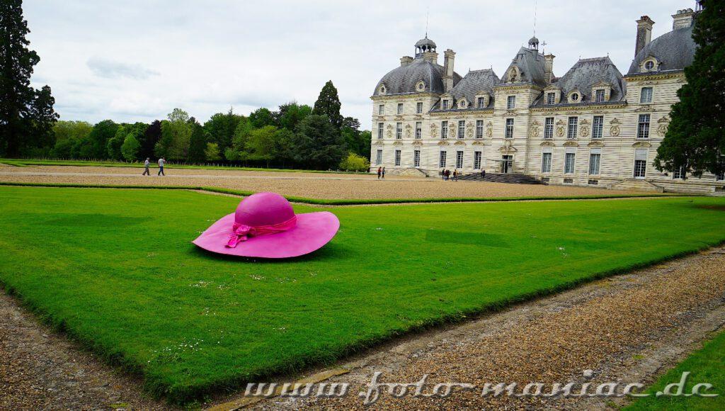 Das reizvolle Chateau Cheverny begrüßt mit einem pinkfarbenen Hut seine Besucher