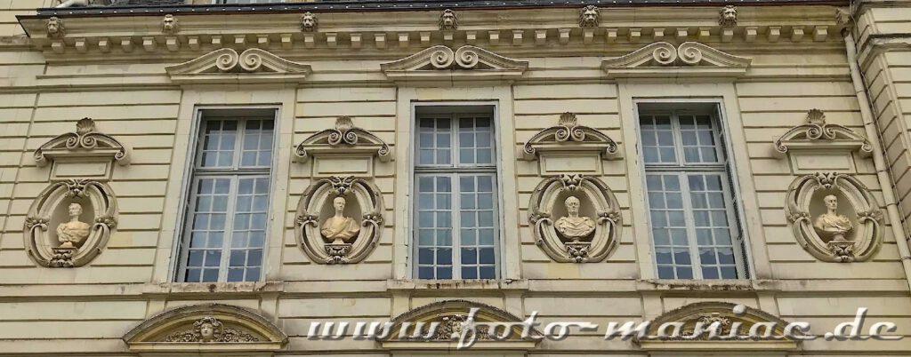 Ornamente zwischen den Fenstern schmücken die Fassade von Chateau Cheverny