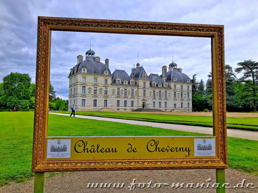 Das reizvolle Chateau Cheverny durch einen Bilderrahmen betrachtet