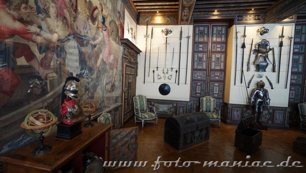 Rüstungen und Waffen an der Wand im Chateau Cheverny