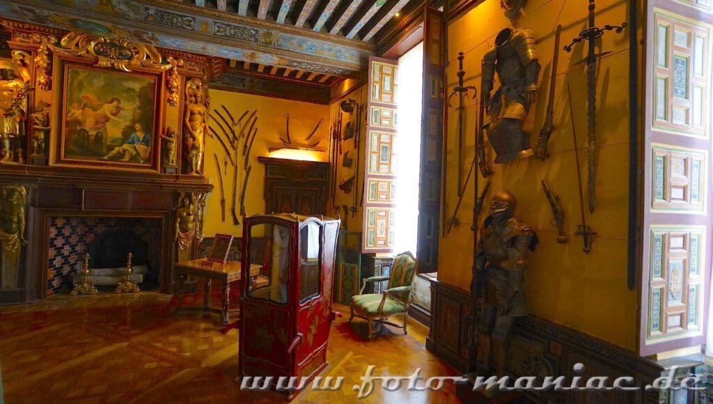 Das reizvolle Chateau Cheverny präsentiert Waffen und Rüstungen