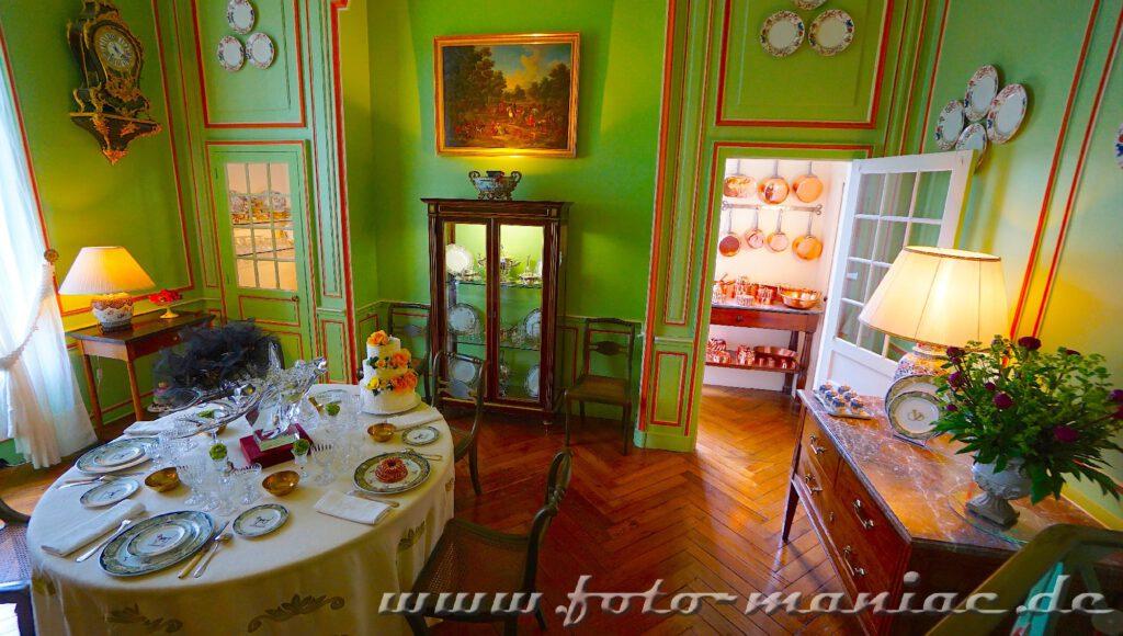 Das reizvolle Chateau Cheverny erwartet Gäste mit gedecktem Tisch