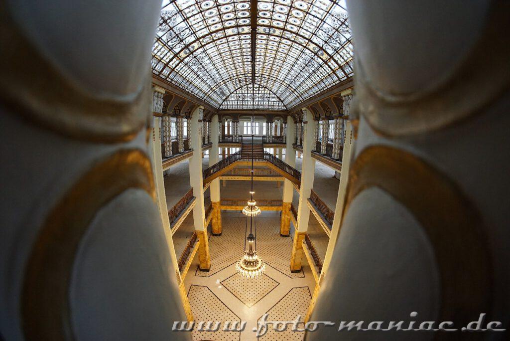 Blick durch zwei Säulen in das opulente Stöcker-Kaufhaus in Görlitz