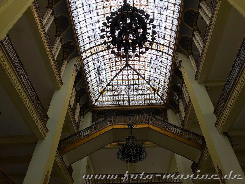 Blick zu den Leuchtern und dem Ornamentdach im Stöcker-Kaufhaus Görlitz