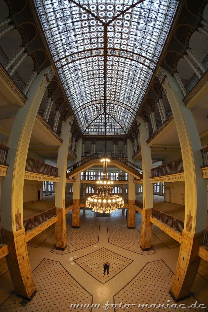 Untere tage im Stöcker-Kaufhaus und Glasdach
