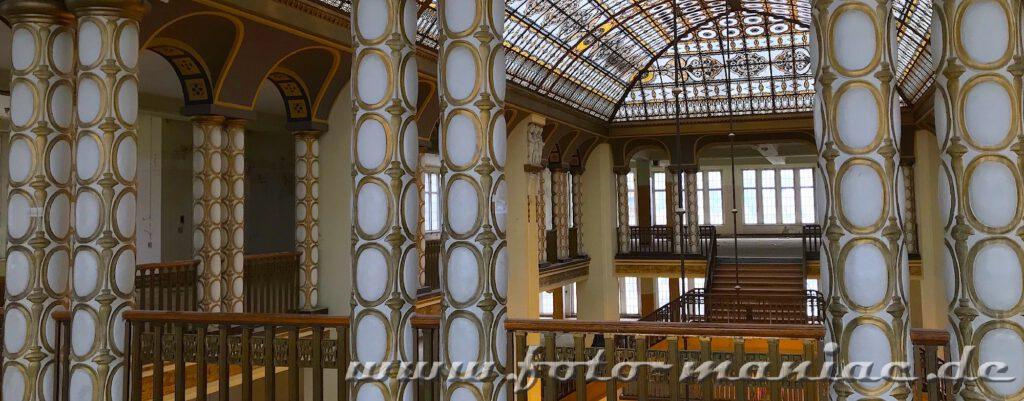 Goldverzeirte Säulen im Jugendstil-Kaufhaus