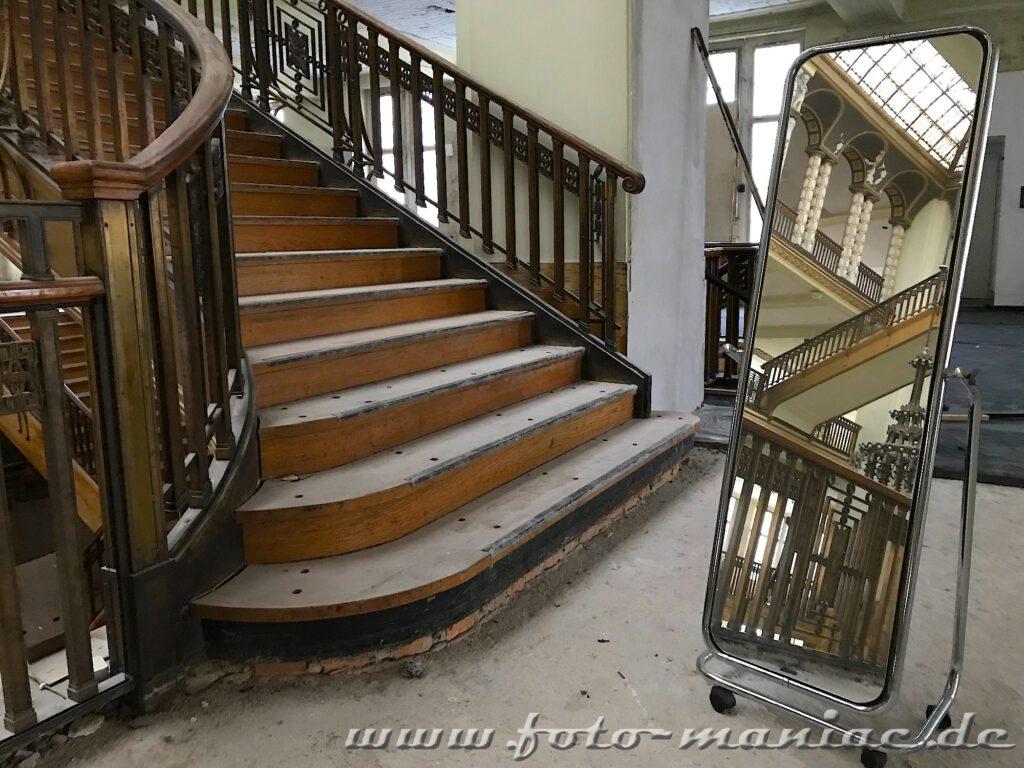Stöcker-Kaufhaus in Görlitz - Treppe spiegelt sich in einem Standspiegel