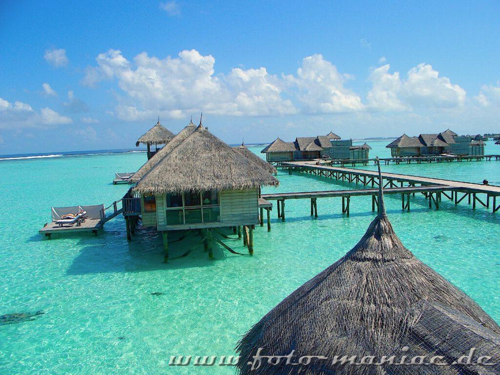 Traumurlaub auf den Malediven - Bungalows auf Stützen im Wasser
