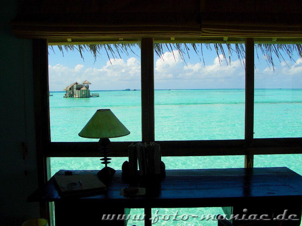 Traumurlaub auf den Malediven - Blick aus dem Fenster auf benachbarte Bungalows im Meer