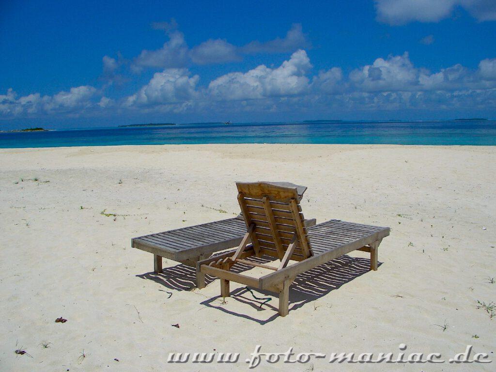 Traumurlaub auf den Malediven - zwei Liegen am Strand