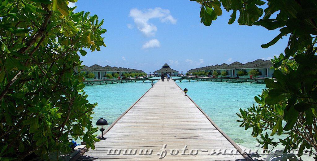 Traumurlaub auf den Malediven - Stege führen zu den Bungalows auf dem Wasser