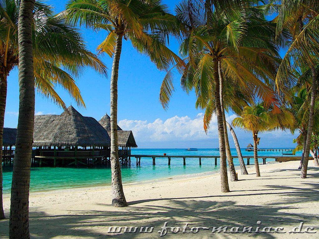 Traumurlaub auf den Malediven - langer Steg zum Insel-Restaurant