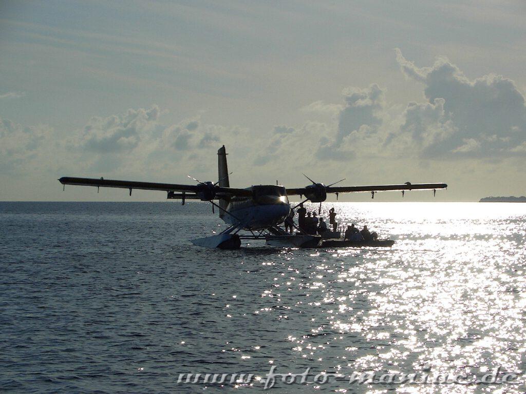 Ein Wasserflugzeug nimmt Passagiere an Bord
