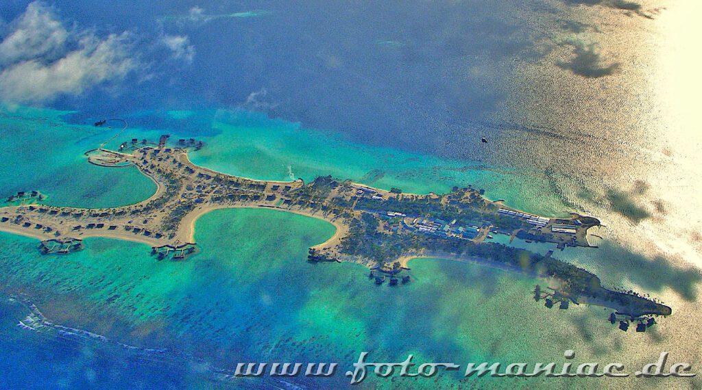 Traumurlaub auf den Malediven - von oben sieht man die Wasserbungalows