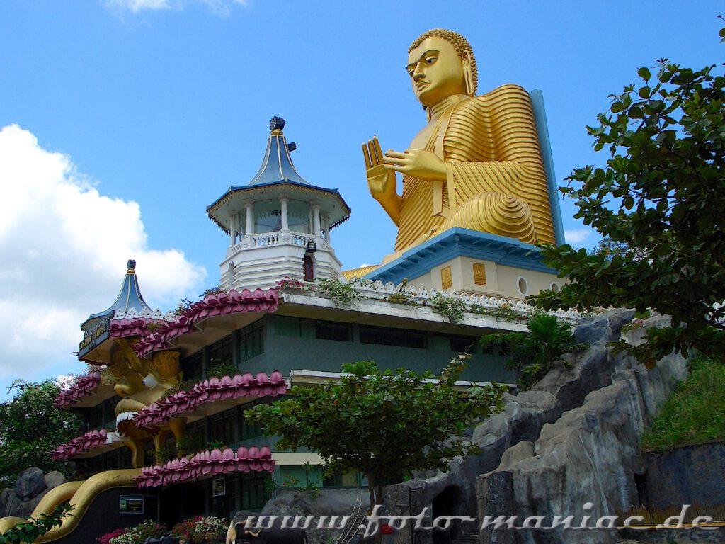 Im bergigen Zentrum Sri Lankas kann man den Höhlentempel Dambulla besuchen